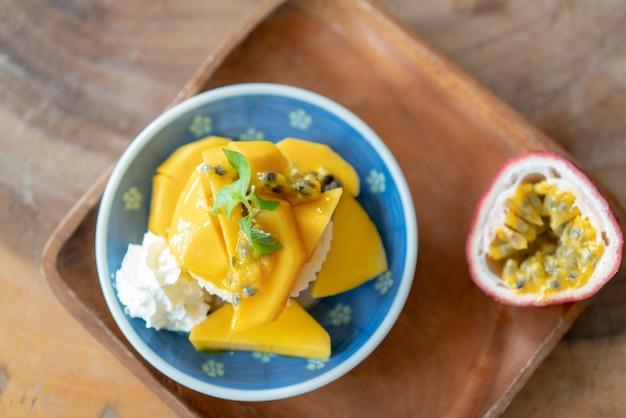 Deliciosa tarta de queso con maracuyá y mango en mesa de madera.