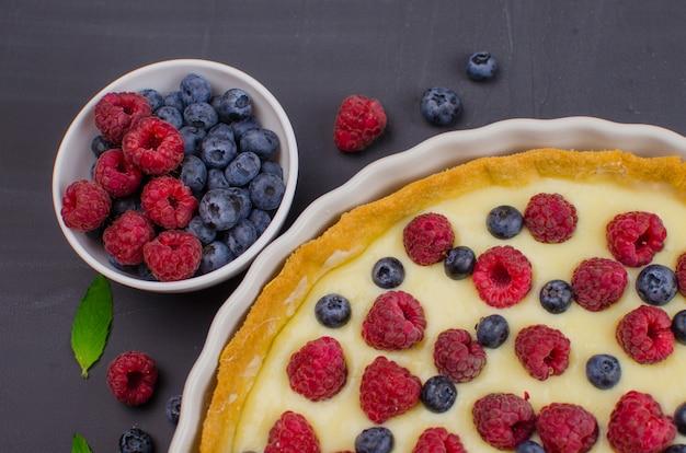 Deliciosa tartaleta de arándanos y frambuesas con crema de vainilla