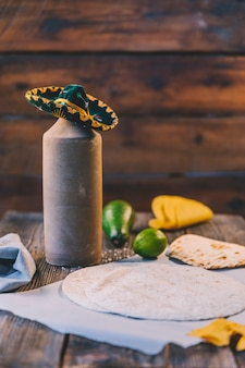Deliciosa tortilla mexicana de trigo sobre papel de mantequilla en el escritorio de madera