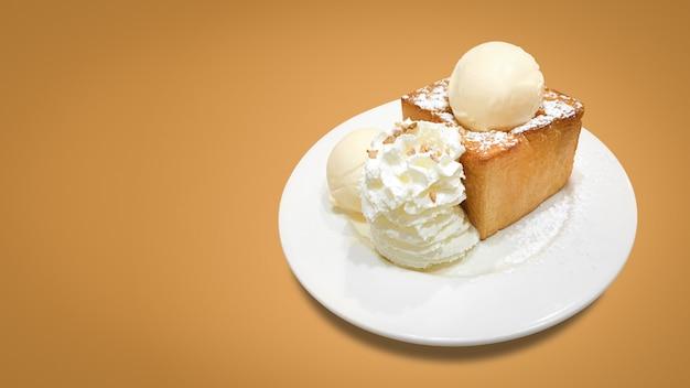 Deliciosa tostada de miel con plato