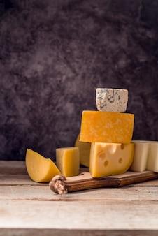 Deliciosa variedad de quesos sobre la mesa