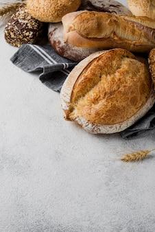 Deliciosa vista alta de pan blanco y grano entero