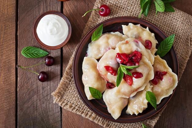 Deliciosas albóndigas con cerezas y mermelada