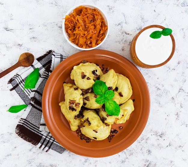 Deliciosas albóndigas con col y crema agria en blanco