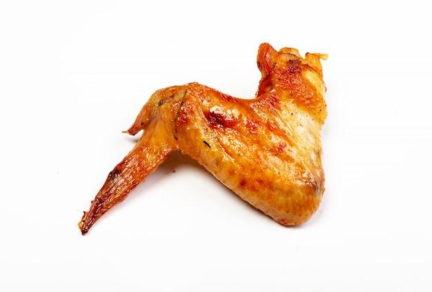 Deliciosas alitas de pollo asadas sobre fondo blanco.