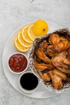 Deliciosas alitas de pollo con limón y salsa de tomate