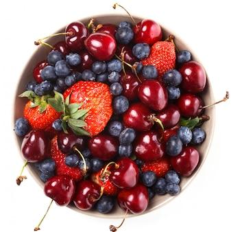 Deliciosas bayas en la mesa