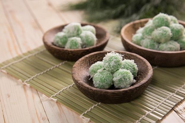Deliciosas bolas de arroz dulce tradicional de indonesia rellenas con azúcar de palma