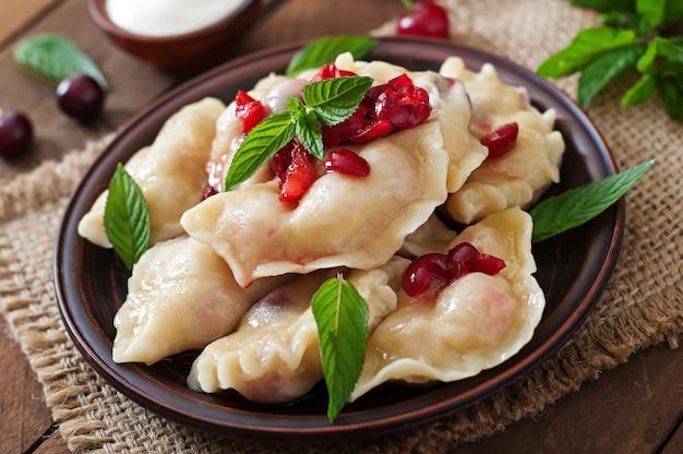 Deliciosas bolas de masa hervida con cerezas y mermelada.