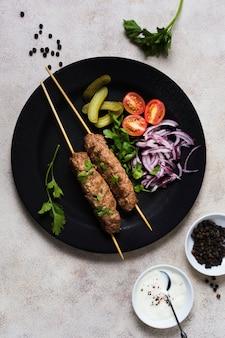 Deliciosas brochetas de comida rápida árabe
