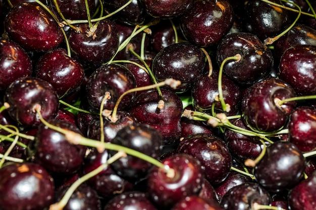 Deliciosas cerezas a la venta en el mercado