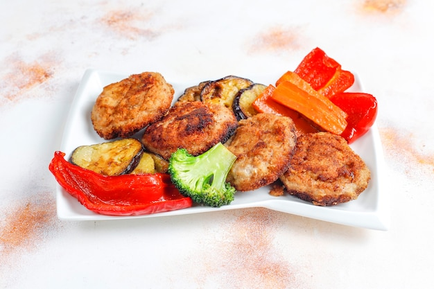 Deliciosas chuletas caseras con verduras asadas.