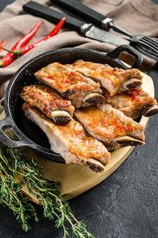 Deliciosas costillas de cerdo marinadas a la parrilla bbq