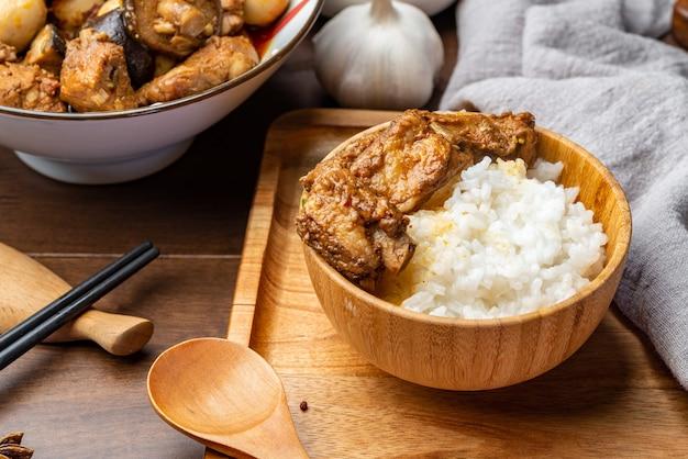Deliciosas costillas estofadas con arroz