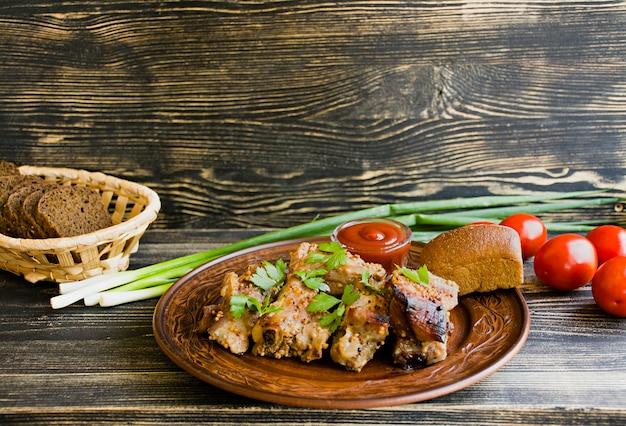 Deliciosas costillas fritas, aderezadas con salsa de miel, decoradas con verduras y verduras.