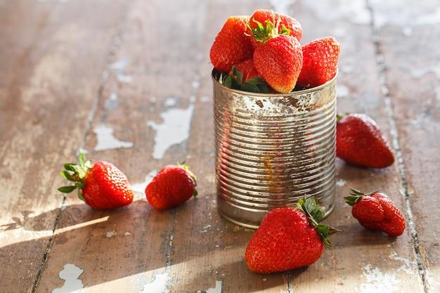 Deliciosas fresas en la mesa