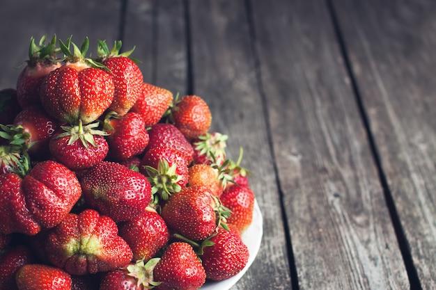 Deliciosas fresas naturales en plato blanco
