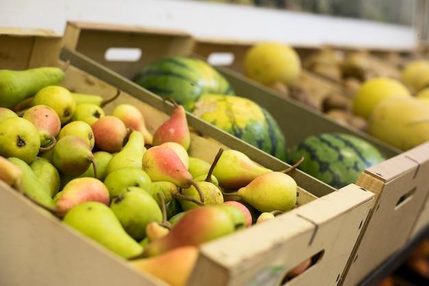 Deliciosas frutas de alto ángulo en el mercado