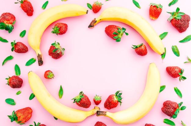 Deliciosas frutas y bayas de verano en superficie coloreada
