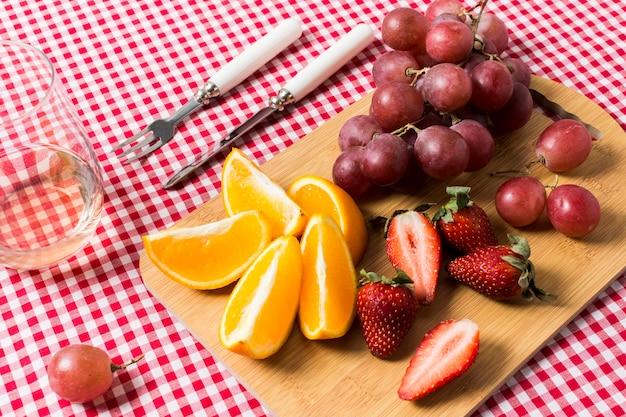 Deliciosas frutas sobre tela de cocina