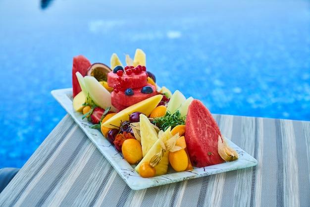 Deliciosas frutas tropicales y piscina