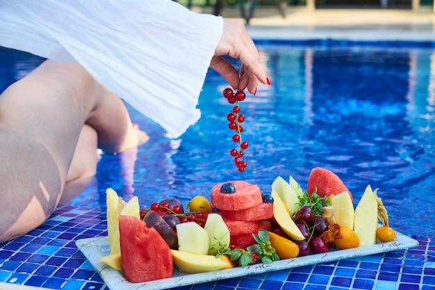 Deliciosas frutas tropicales y vacaciones de verano