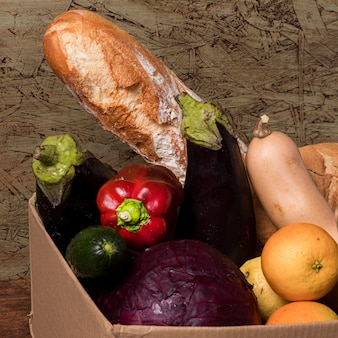 Deliciosas frutas y verduras en caja.