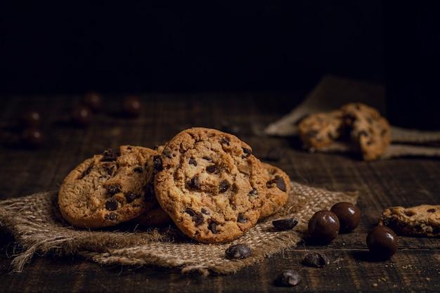 Deliciosas galletas americanas sobre arpillera.
