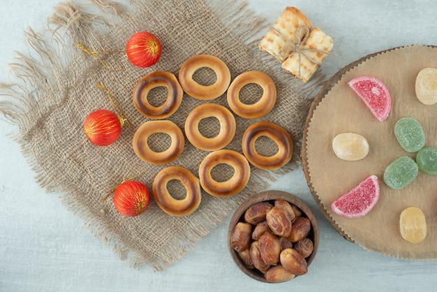 Deliciosas galletas con bolas de navidad en sackcloh. foto de alta calidad