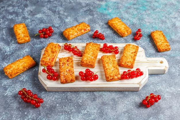 Deliciosas galletas caseras de mermelada de grosella roja con bayas frescas