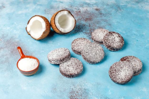 Deliciosas galletas de chocolate y coco con coco, vista superior
