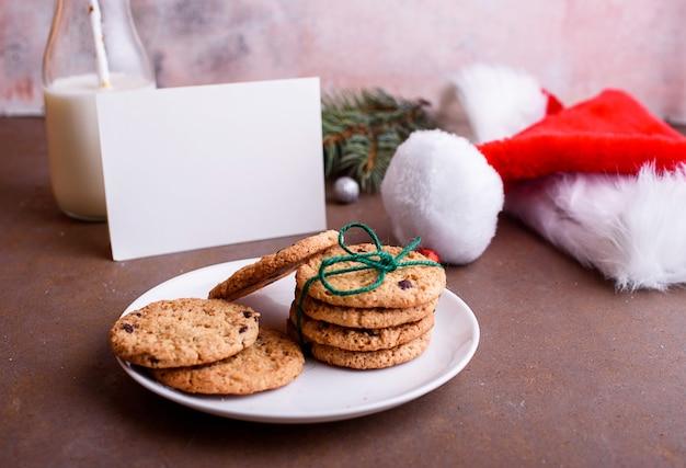 Deliciosas galletas con chocolate en una placa blanca.