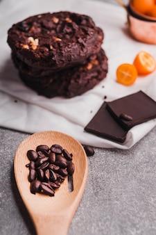 Deliciosas galletas de chocolate en una toalla blanca