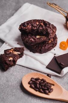 Deliciosas galletas de chocolate y cuchara de madera