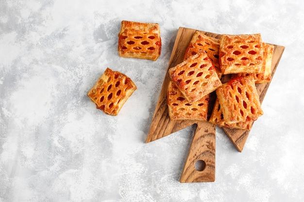 Deliciosas galletas dulces con mermelada de frutas, vista superior