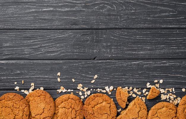 Deliciosas galletas con granos y espacio de copia