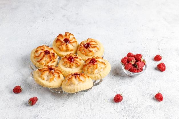 Deliciosas galletas con mermelada de frambuesa y frambuesas frescas.