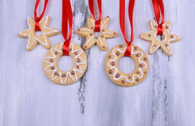 Deliciosas galletas de navidad sobre fondo de madera