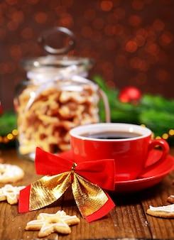 Deliciosas galletas de navidad en el tarro en la mesa sobre fondo marrón