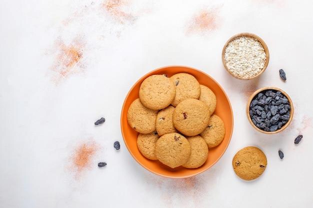 Deliciosas galletas con pasas y avena, vista superior