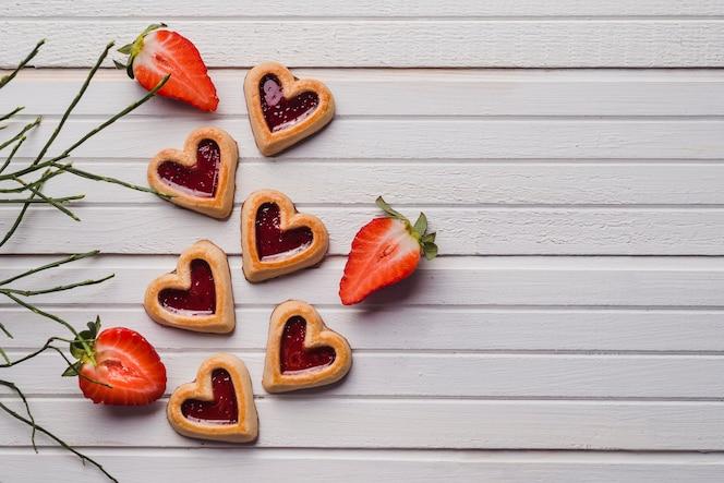 Deliciosas galletas y jugosas fresas