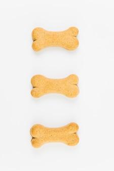 Deliciosas golosinas para perros sobre superficie blanca.