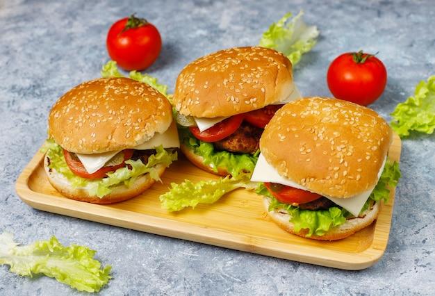 Deliciosas hamburguesas caseras frescas en la mesa
