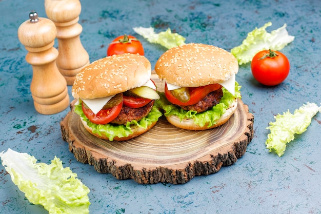 Deliciosas hamburguesas caseras frescas en la oscuridad