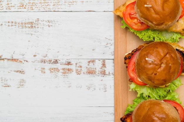 Deliciosas hamburguesas con espacio de copia