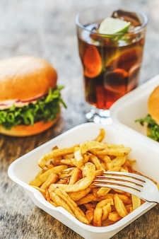 Deliciosas hamburguesas en la mesa