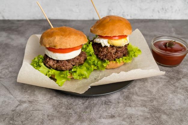 Deliciosas hamburguesas con salsa de tomate