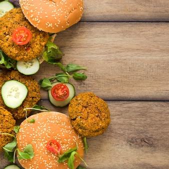 Deliciosas hamburguesas veganas con espacio de copia