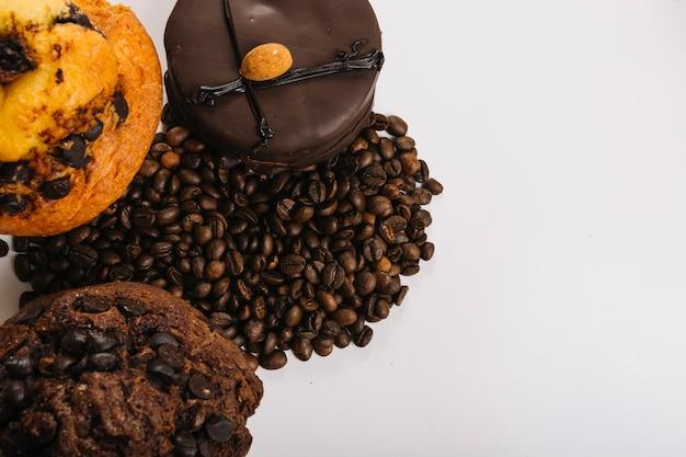 Deliciosas mini tortas de chocolate cerca de granos de café