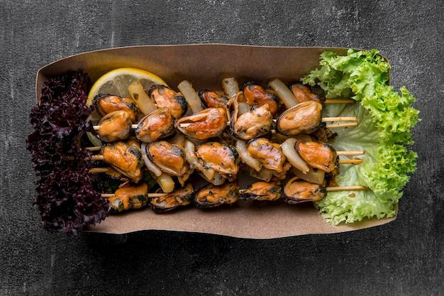 Deliciosas ostras de mariscos en brochetas high view